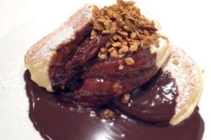 幸せのパンケーキ「ホットチョコレートパンケーキ自家製グラノーラがけ」